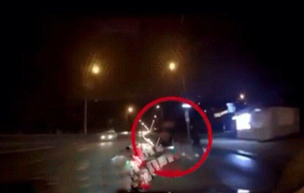 В Днепре молодой парень бросился под машину - роковой прыжок попал на камеру