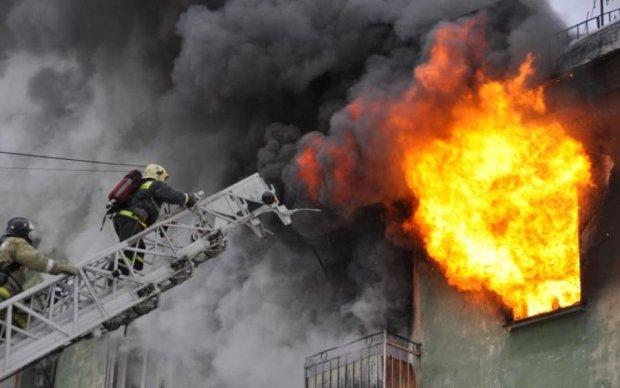Надприродне: в Харкові блискавка запалила будівлю суду