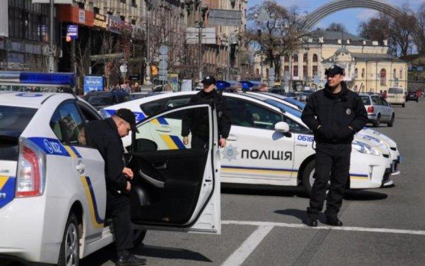 Б'є мам і дітей: у Києві панує дама в чорному, копи в шоці
