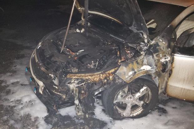 В Харькове за пару минут сгорел дорогущий автомобиль прямо на глазах владельца: фото