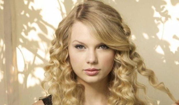 Співачка Тейлор Свіфт прикрасила обкладинку Vogue (фото)
