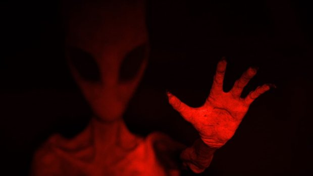 Полтергейст или инопланетянин? В объектив камеры попало нечто жуткое