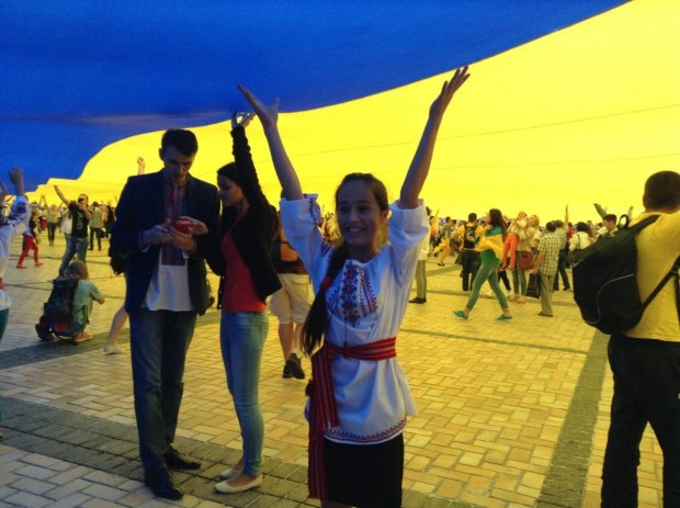 Сотні тисяч киян розгорнули найбільший прапор України у світі: фото