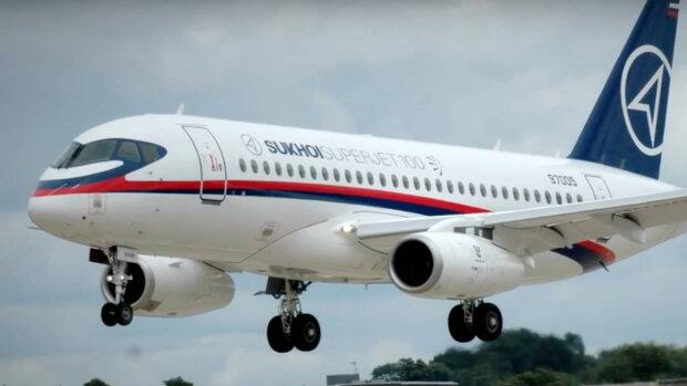 Отказал двигатель, десятки пассажиров оказались в опасности: самолет Sukhoi Superjet 100 совершил экстренную посадку