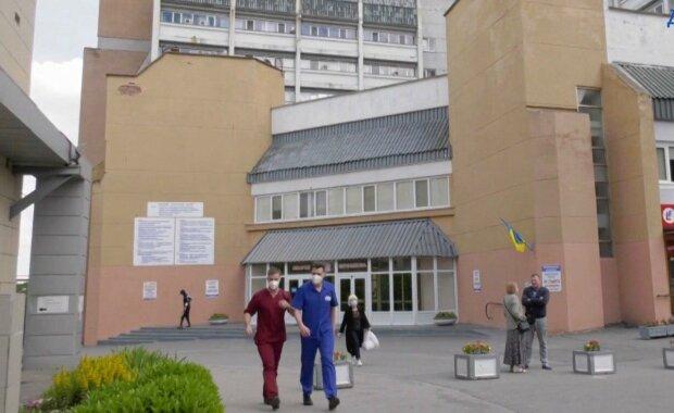 """У Дніпрі засуджений за """"конверти"""" медик продовжує лікувати пацієнтів - відбувся легким переляком і знову надів халат"""