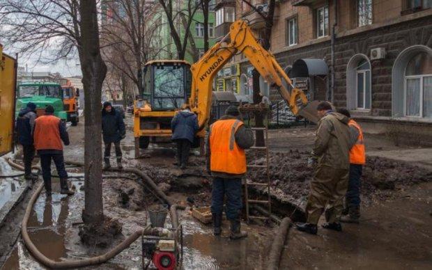 """Через халатність київських комунальників водії """"йдуть під землю"""": фото"""