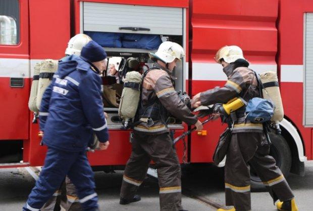 В Киеве огонь поглотил целый дом: пожарные всеми силами справляются со стихией, видео