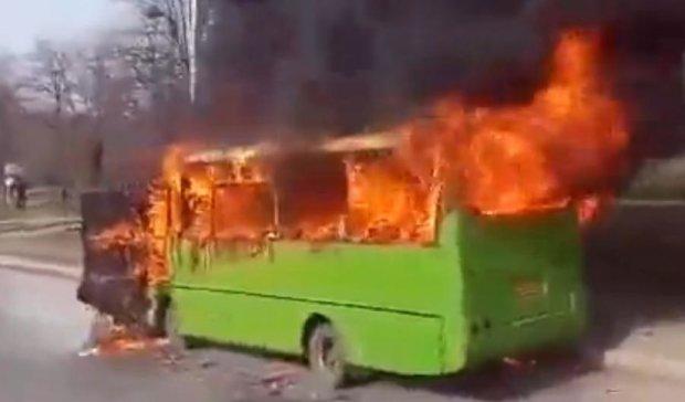 В Харкові на ходу спалахнула маршрутка (фото, відео)