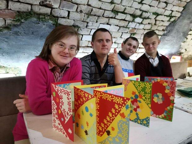 В Луцке проводят акцию в поддержку онкобольной девочки, фото: Facebook Лена Шторм