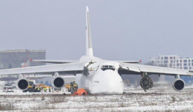 Аварийная посадка АН-124, фото: РИА Новости