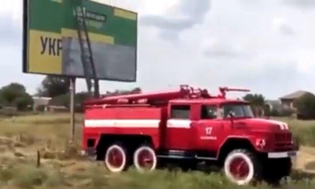 """пожарные клеят предвыборные билборды для """"слуг народа"""", скрин с видео"""