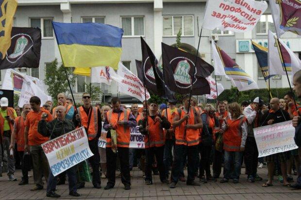 Разъяренные киевляне оцепили офис Укрзализныци, копы атаковали с дубинками: может пролиться кровь