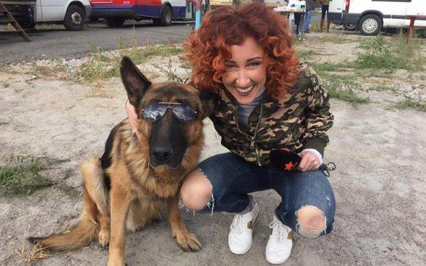 Скандальна спортивна журналістка вразила фото в українському вбранні