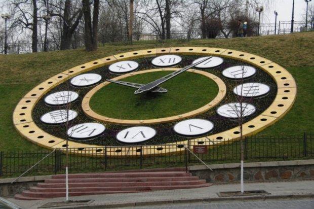 Квітковий годинник на Майдані оформлять в патріотичних кольорах