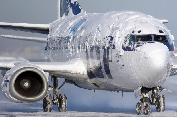 Лютая стихия едва не погубила переполненный самолет, пилоты - герои: невероятное видео