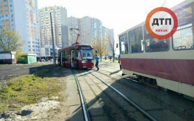 Не витримав: європейський трамвай зійшов із троєщинських рейок