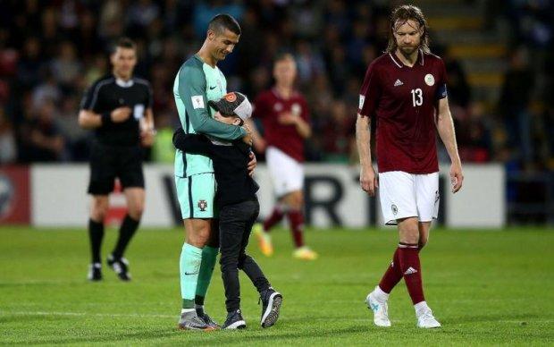 У Латвії хлопчик вибіг на поле обняти Роналду