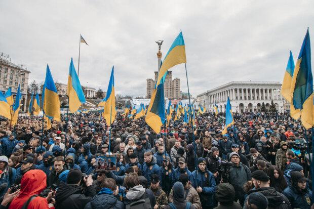 В Киеве под Радой украинцев травят слезоточивым газом, ситуация обостряется: стена силовиков против кучки протестующих