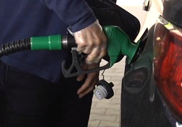 Бензин різко подешевшає на усіх АЗС, скільки водії заощадять на пальному
