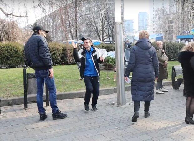 зловмисники, які пограбували волонтерів, скрін з відео