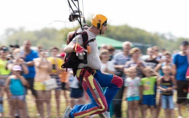 Нефартовий парашутист влетів в електричну стінку: відео
