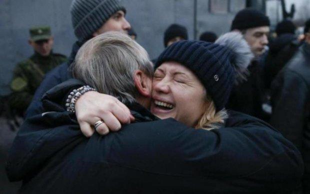 До слез: встреча освобожденного бойца с родными поразила сеть