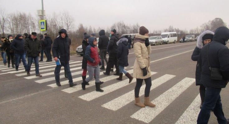 Пристрасті розпалюються: під Одесою мітингувальники перекрили велику трасу