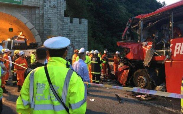 Адский грузовик превратил автобус в кучу металла: десятки жертв