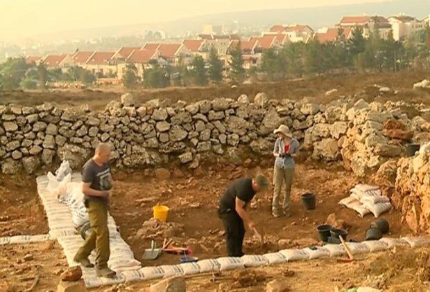 Археологи на раскопках, скриншот видео