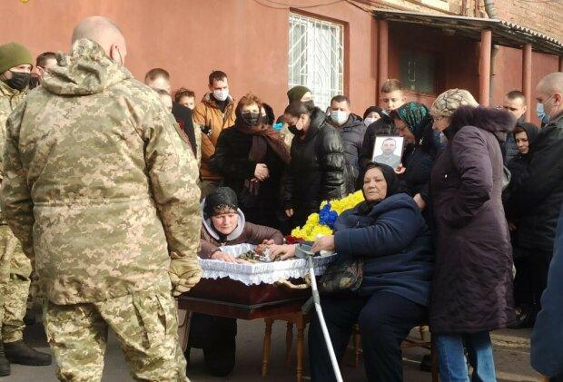 """Земляки прощаются с погибшим на Донбассе героем: """"Слезы матери и невесты заливают гроб"""""""