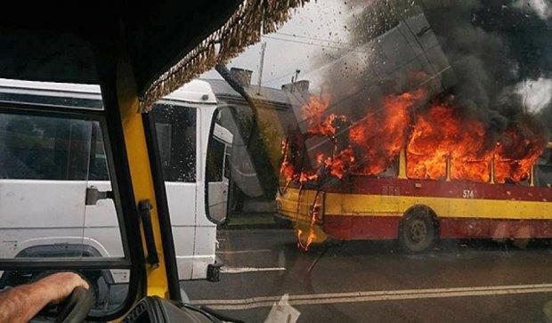 Во Львове загорелся троллейбус (фото, видео)