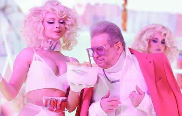 Молоденька блондинка запропонувала 71-річному Михайлу Поплавському свій вареник