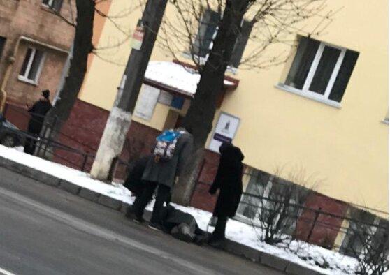 """Хмельнитчанин """"отключился"""" посреди улицы, прохожие не растерялись: экзамен по человечности сдан"""