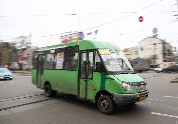 У Харкові маршрутка з людьми розвалилася на ходу: кадри транспортного пекла