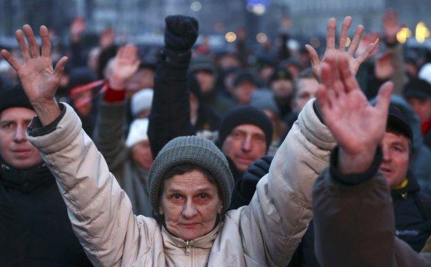 Головне за ніч: сутички в столиці, криза Укрпошти та скасування поїздів до Росії