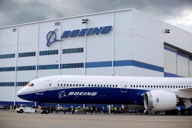 """Компанію Boeing """"обезголовили"""" і витрясли десятки мільйонів: деталі гучного звільнення"""