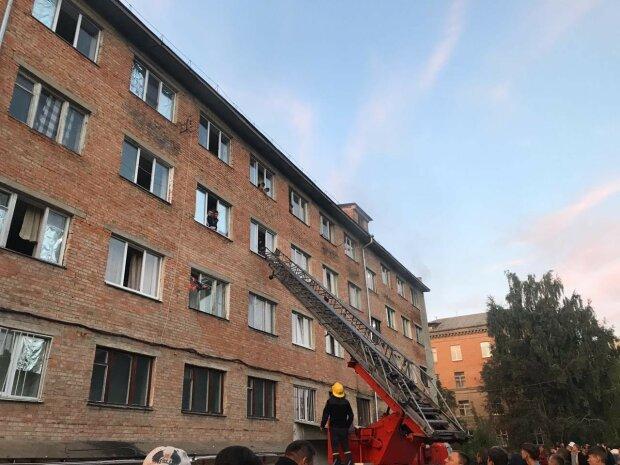 Пожежа в уманському гуртожитку, фото: ДСНС України