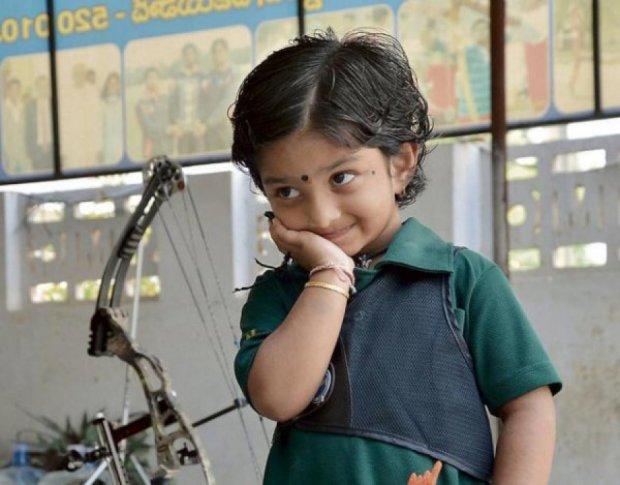 Дворічна дівчинка стала рекордсменкою Індії зі стрільби з лука