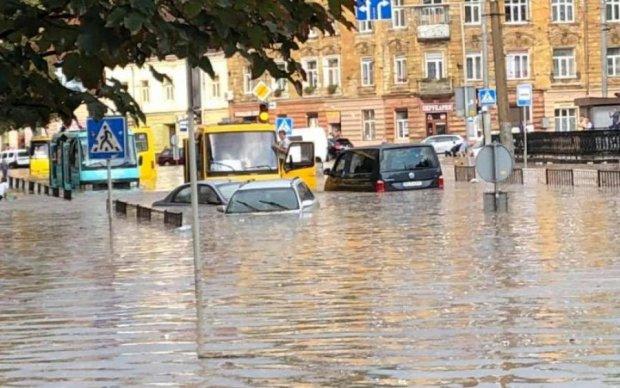 Наслідки масштабної зливи у Львові: люди плавали у човнах