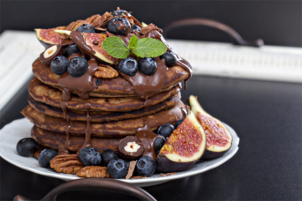 Лучший завтрак школьника: оригинальные шоколадные панкейки с черничным джемом