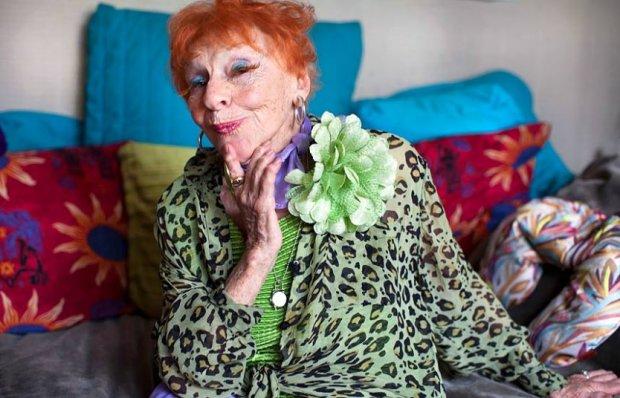 80-річна бабуся стала зіркою мережі, пофарбувавши волосся у зелений колір: її реакція розчулила користувачів до сліз
