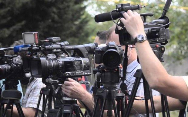 Дочь чиновника набросилась на журналистов: фото