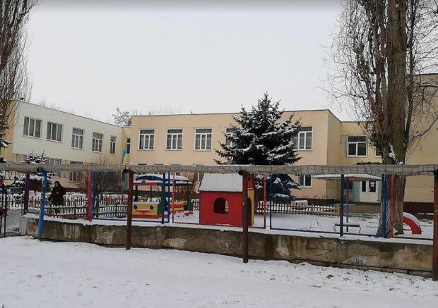 """В українському садку дітям доводиться користуватися туалетом """"жахів"""": """"Прикріплено проволокою"""""""
