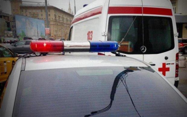 Не всегда виноват водитель! Девушка попала под автобусы, перебегая на красный: видео 18+