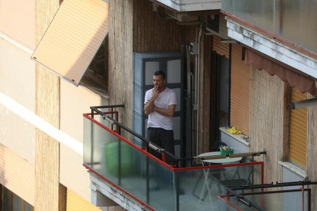 Курение на балконе, фото: Getty Images