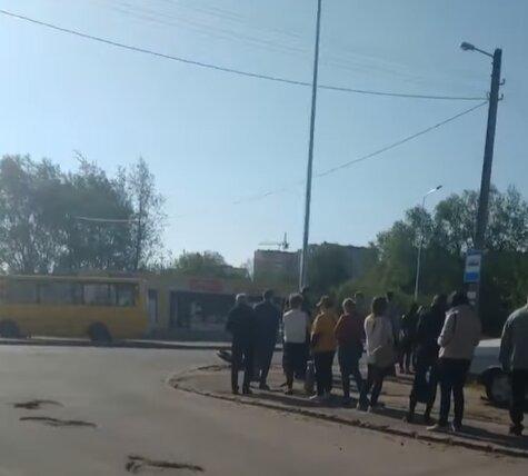 Львів'яни витрачають останні копійки на таксі, не дочекавшись маршруток Садового
