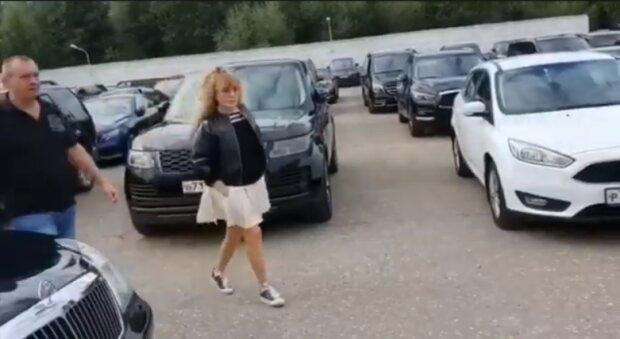 Пугачева в конверсах и дети в Грязи: Примадонна отвела Лизу и Гарри в первый класс