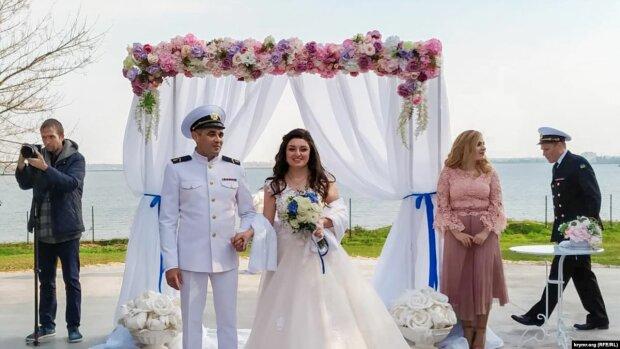 Звільнений з полону Путіна український моряк одружився з коханою: Зеленський привітав наречених