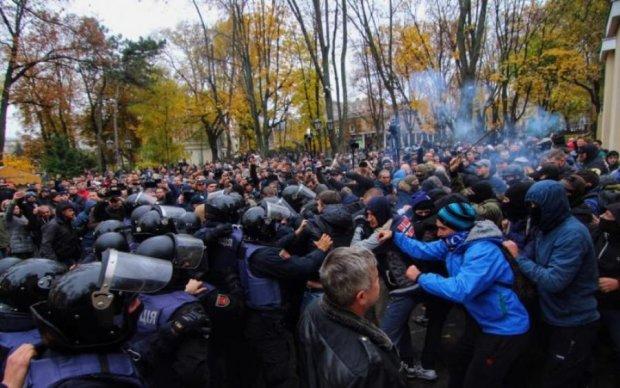 Толпа устроила побоище с копами в Одессе: есть жертвы