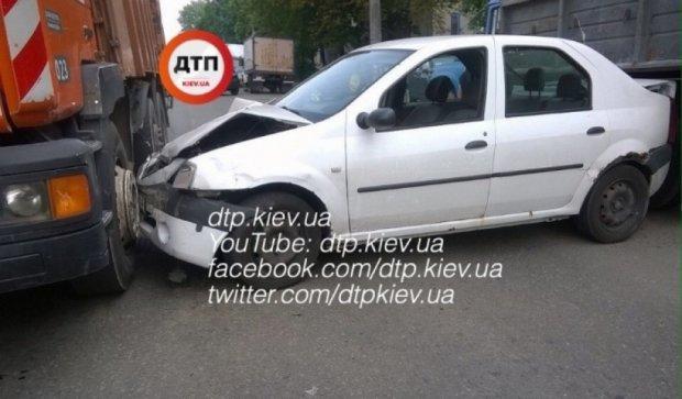 """""""Внимательная"""" девушка-водитель застряла между двумя грузовиками"""